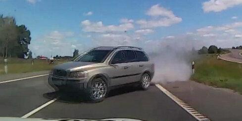 Lietuvā policija dzenas pakaļ 'Volvo' ar 12 vjetnamiešu bēgļiem