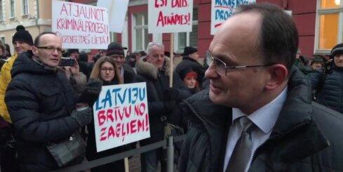 Pimenovs strīdas ar protestētājiem