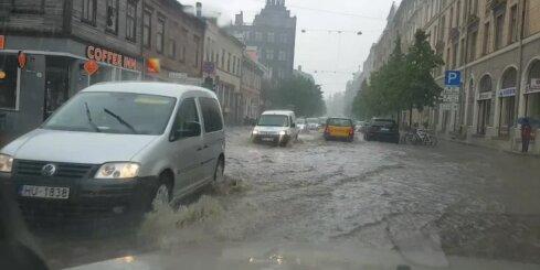 Mašīna laivas vietā - Tērbatas iela pēc lietus