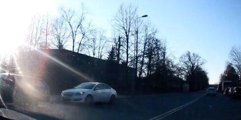 Ceļu policija pārkāpēju ķeršanai izmanto jaunas neatreferētas automašīnas