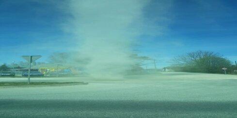 Uz Dreiliņu ceļa novērots smilšu virpuļviesulis