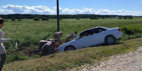 Karavīri Ādažu novadā palīdz izstumt avarējušu auto no grāvja