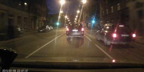 Nepieklājīgs 'Audi' vadītājs uzstājīgi lien blakus joslā