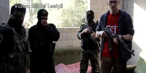Latvijas žurnālists ar ieroci rokā pozē kopā ar teroristiem, vēsta laikraksts