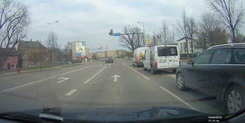Jelgavā autovadītājs 'vēsā mierā' šķērso krustojumu pie sarkanās gaismas