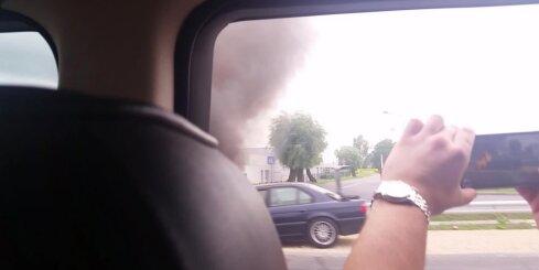 Rīgā, Ulmaņa gatvē aizdedzies auto