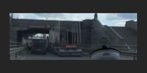 Zem Akmens tilta kārtējo reizi avarē kravas auto