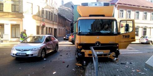Rīgas centrā 'Rimi' kravas auto izraisa smagu avāriju
