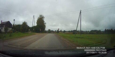 Busiņa vadītājs Daukstu pagastā ignorē stop zīmi pie dzelzceļa pārbrauktuves