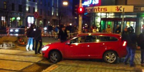 Autovadītāja aizbrauc 'zem ķieģeļa' un iestieg bedrē