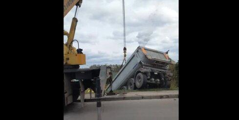 Bolderājā no pārvada nobrauca kravas auto