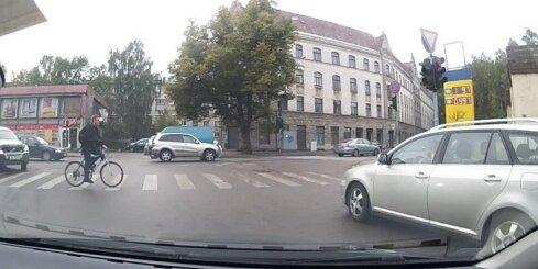 Braucot pie sarkanā luksofora signāla, šoferītis gandrīz notriec riteņbraucēju