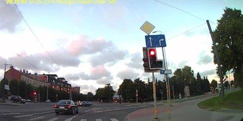 'Audi' Liepājā aizbrauc pie sarkanās gaismas