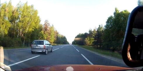Jocīgs 'Opel' vadītājs uz šosejas