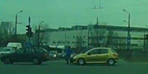 Pļavniekos auto notriec vīrieti