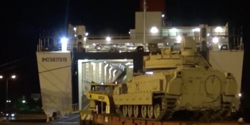 ASV armijas tanki 'Abrams' un kaujas mašīnas 'Bradley' ierodas Ventspils ostā