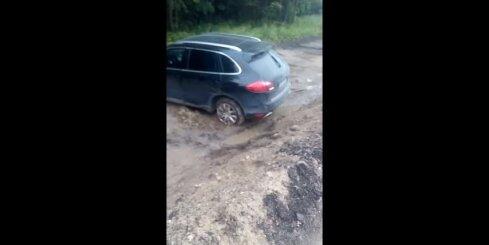 'Porsche' apvidus auto nobrauc no ceļa