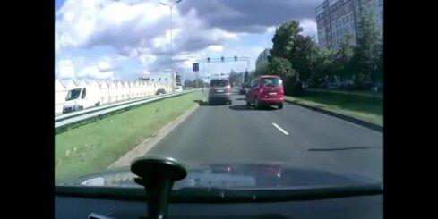 Amizants skats – uz Ulbrokas un Deglava ielas krustojuma auto riepa 'brīvsolī'