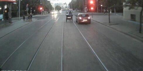 Velorikša Rīgā aizjoņo pie sarkanā luksofora signāla