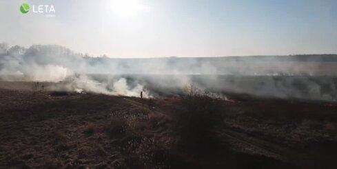 Kūlas ugunsgrēks Spilves pļavās no 'putna lidojuma'