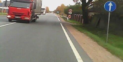 Kravas auto veic bīstamu manevru un apdraud motociklistu