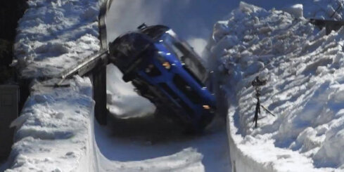 Rallija 'Subaru' izbrauc olimpisko bobsleja trasi Sanktmoricā