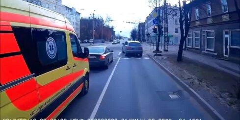 Pērnavas un Deglava ielu krustojumā džips traucas uz sarkanā