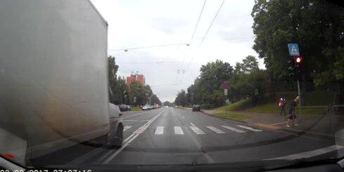 Kravas auto šķērso gājēju pāreju pie sarkanās gaismas