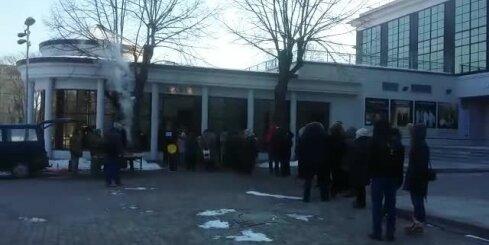 Cilvēki gaida rindās pēc Dziesmu svētku biļetēm pie Latvijas Nacionālās operas