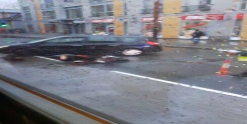 Motocikla un vieglās automašīnas avārija Čaka ielā Rīgā