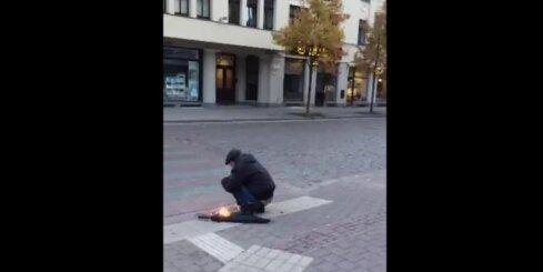 Rīgas centrā vīrietis dedzina lupatas