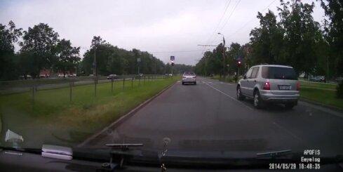 'Mercedes' apvidus auto ignorē gājēju pārēju un brauc pie sarkanās gaismas