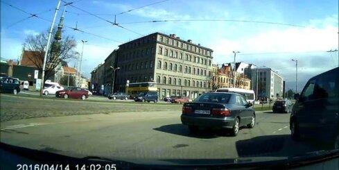 Autovadītājs izraisa bīstamu situāciju