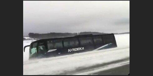 Autobuss Rīga-Kuldīga ieslīd grāvī