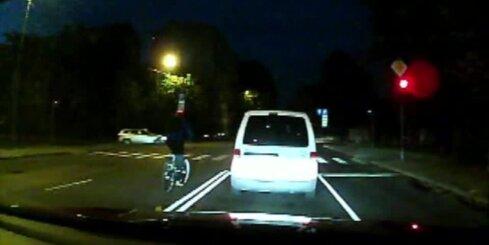 Velosipēdists īsā laika sprīdī pārkāpj vairākus satiksmes noteikumus