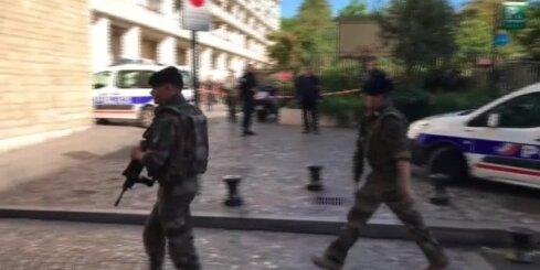Parīzē vīrietis ar auto iebrauc karavīru grupā