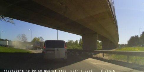 No kravas auto uz Dienvidu tilta uzbrauktuves izbirusi krava