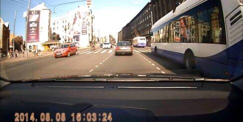 Pārdrošs velosipēdists Rīgas centrā riskē ar dzīvību