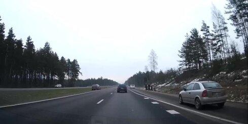 Uz Siguldas šosejas auto iebrauc grāvī