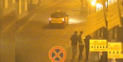 Vecrīgā par luktura izsišanu taksometram aiztur iereibušu jaunieti