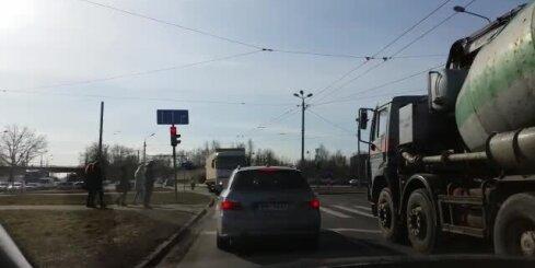 Pie Gaismas pils kravas auto manevrē pa pretējo joslu