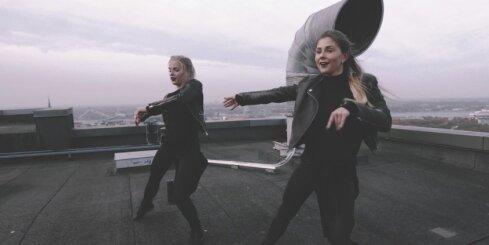 Meitenes dejo uz viesnīcas jumta