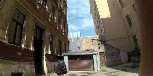 Uz kāda Blaumaņa ielas nama jumta tiek piekauts jaunietis