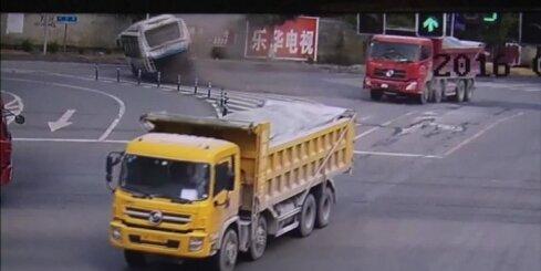 Ķīnā nofilmēta iespaidīga autobusa un kravas auto avārija