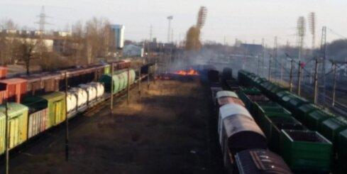 Rīgā starp dzelzceļa vagoniem deg kūla