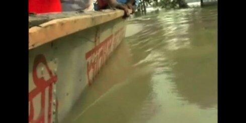 Pamatīgi plūdi Indijā; 90 000 cilvēku palikuši bez mājām