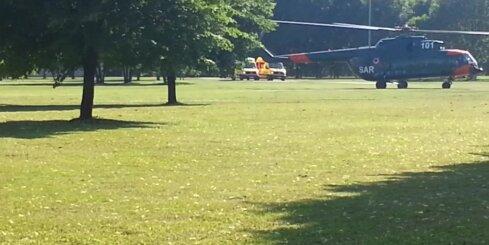 Uzvaras parkā nolaidās glābēju helikopters