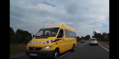 Pasažieru mikroautobuss veic bīstamu apdzīšanu