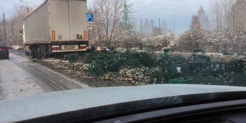 Mūkusalas ielā alus vedējs nejauši izgāž savu kravu