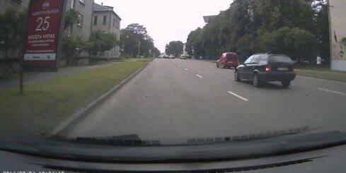 Aculiecinieka video: Ātruma ierobežojumi un luksofors 'bembim' neeksistē